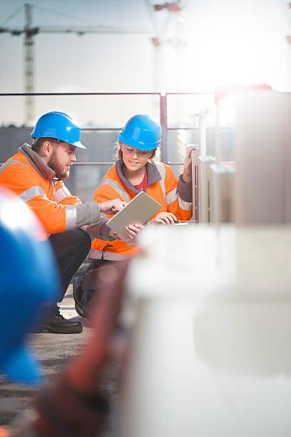 Weibliche Klimaanlage Techniker mit Ihrem Vorgesetzten – Foto