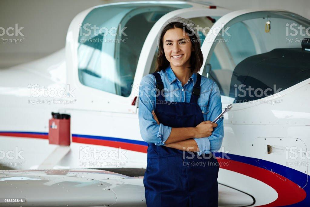 Technicien d'aéronefs femme souriante photo libre de droits