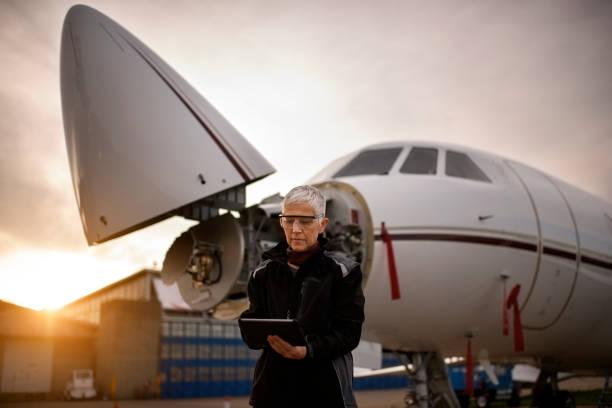 weibliche fluggerätmechaniker - twilight teile stock-fotos und bilder
