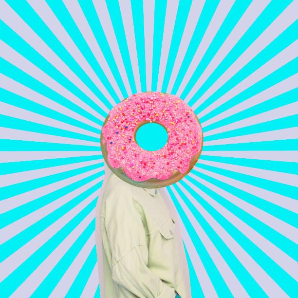Weibliches Alien-Model mit dem großen Donut statt Kopf auf psychedelischen Hintergrund. – Foto