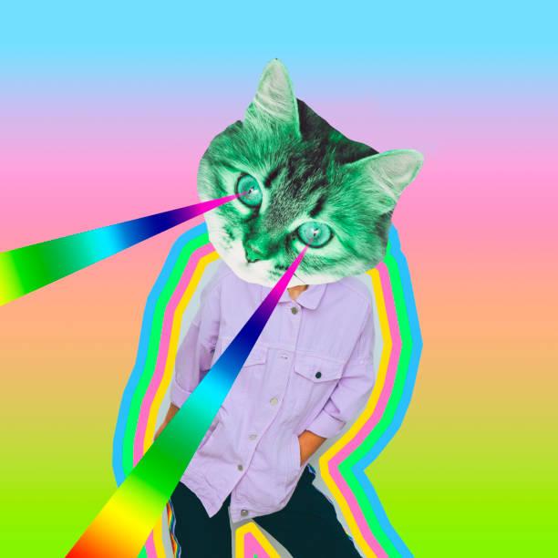 Weibliches Alien-Model mit Katzenkopf und Regenbogenlasern aus den Augen auf psychedelischen Hintergrund. – Foto