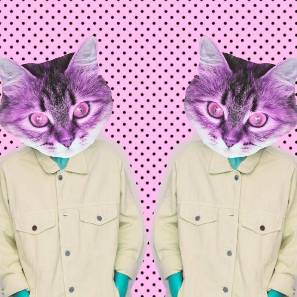 modelo alienígena femenino con la cabeza del gato en espejo en el fondo de los puntos. - cat vaporwave fotografías e imágenes de stock