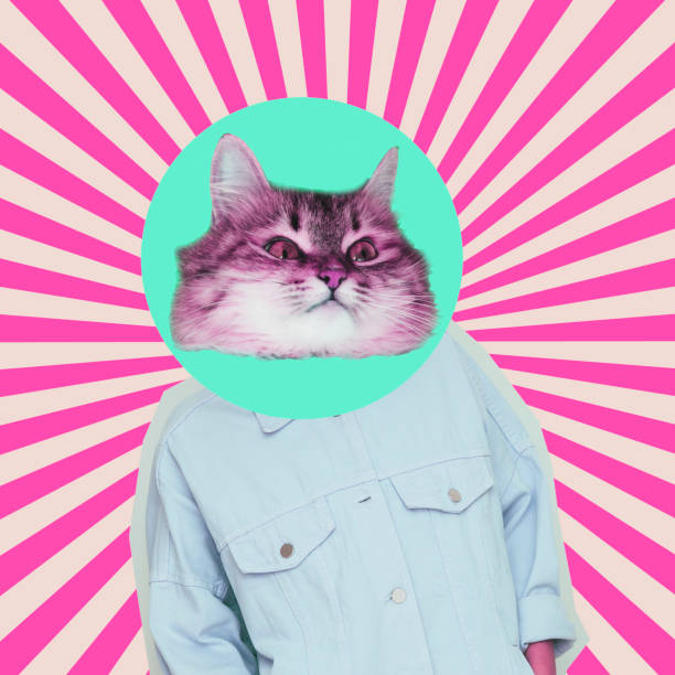 modelo alienígena femenino con la cabeza del gato sobre fondo psicodélico. - cat vaporwave fotografías e imágenes de stock