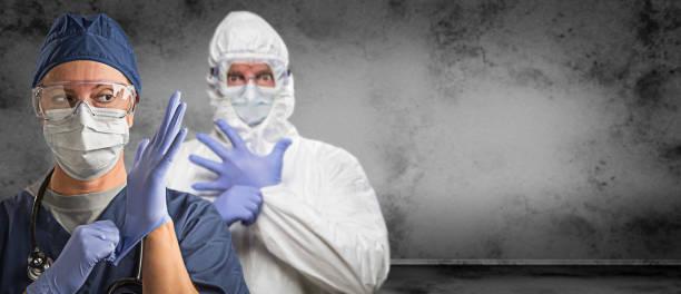Weibliche und männliche Ärzte oder Krankenschwestern tragen Peelings und Schutzmaske und Schutzbrille Banner – Foto