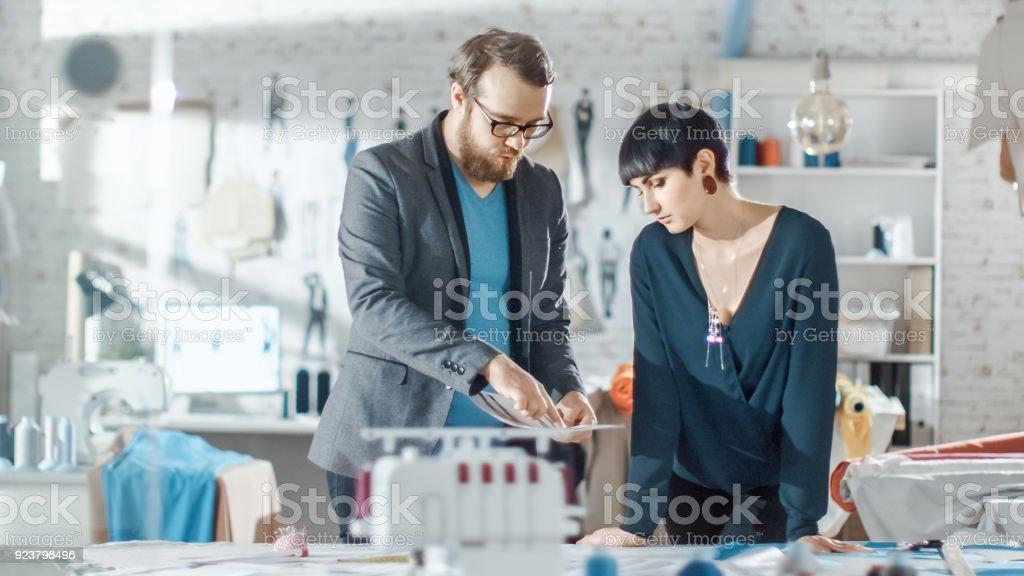 Nieuwe Kleding Mode.Mannelijke En Vrouwelijke Mode Designer Schetsen Voor Hun Nieuwe