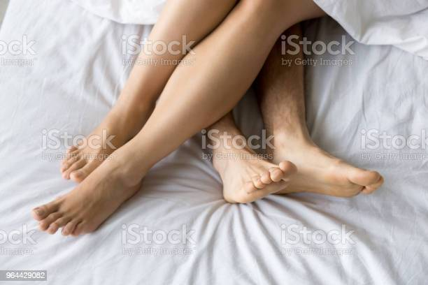 Foto de Pés Masculinos E Femininos Na Cama Confortável Vista Superior Closeup e mais fotos de stock de Aconchegante