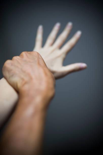 女性と男性の手 - 握る ストックフォトと画像