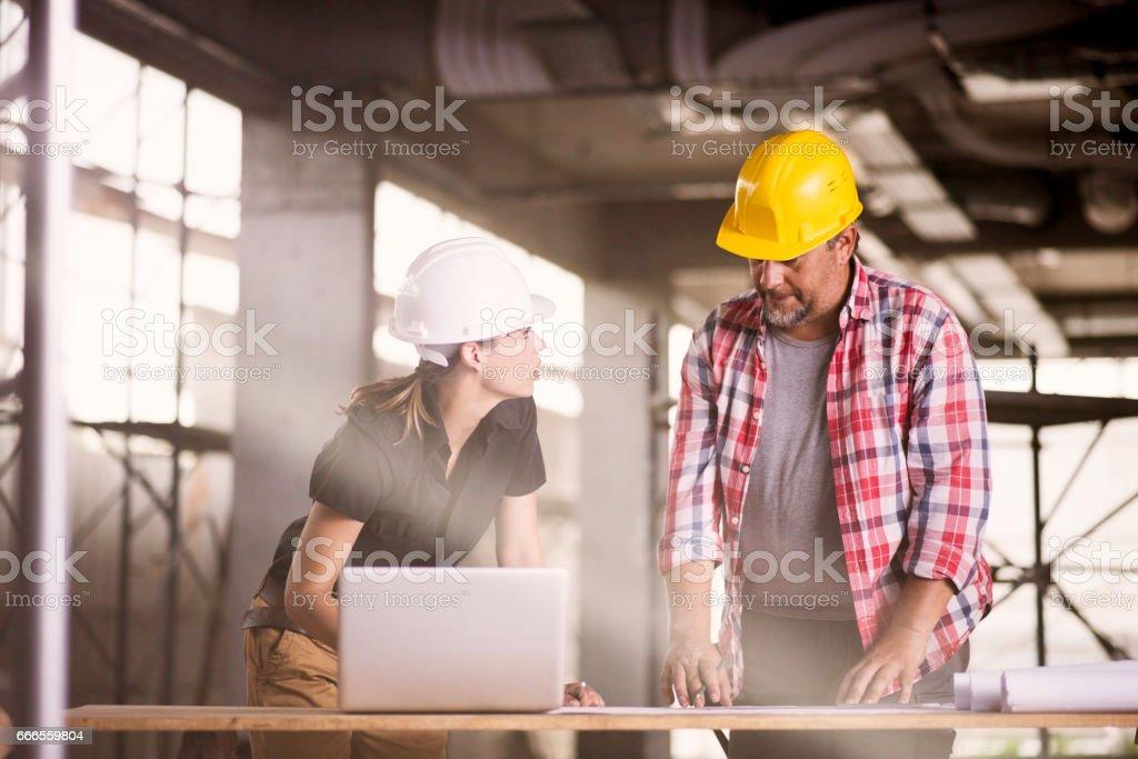 Architekten und Bau Arbeitnehmerin – Foto
