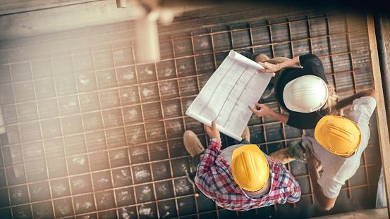 Architektin Und Zwei Zusters Arbeiter Auf Einer Baustelle Stockfoto und mehr Bilder von Ansicht von oben