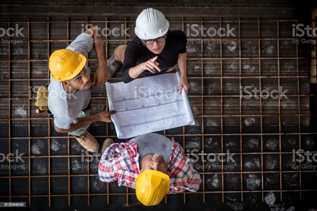 Architektin und zwei Zusters Arbeiter auf einer Baustelle – Foto