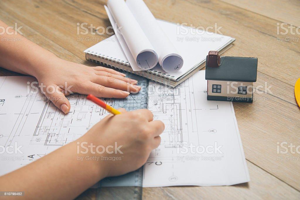 Weiblichen Architekten Zeichnen Linie Auf Blaupause Stockfoto Istock