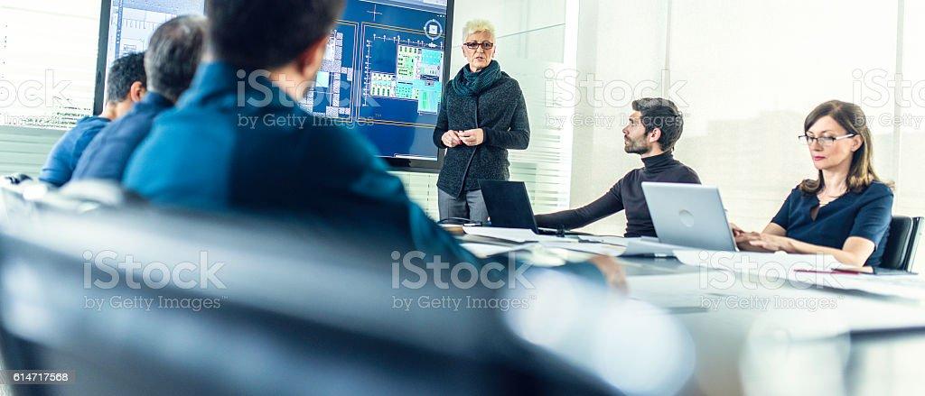 Female architect having a presentation – Foto
