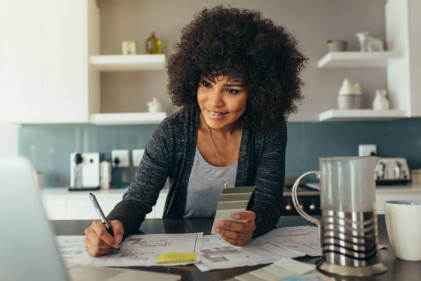 mujer arquitecto en casa oficina - arquitecta fotografías e imágenes de stock