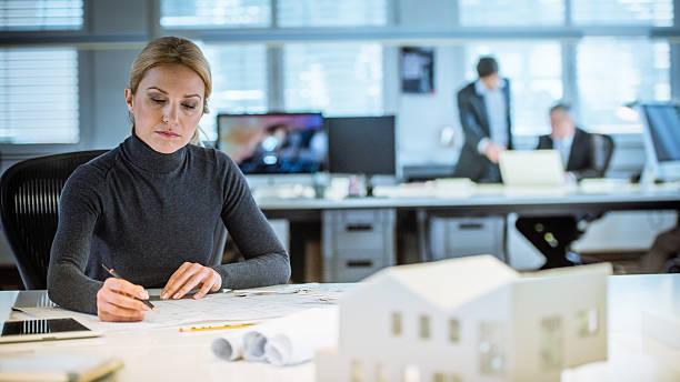 Weibliche Architekt arbeiten im Büro – Foto