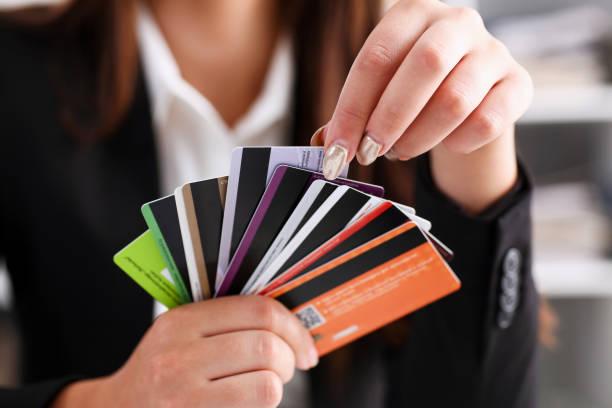bras de femmes détiennent tas de cartes de crédit - demi cercle photos et images de collection