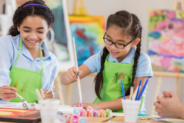 클래스에서 여성 미술 학생 - 예술 공예품 뉴스 사진 이미지