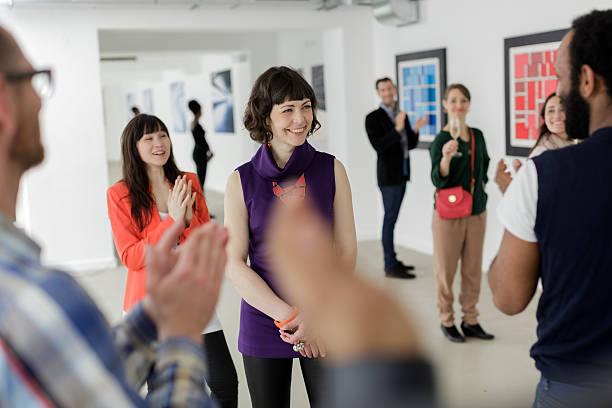 Weibliche Künstler in der Kunstgalerie – Foto