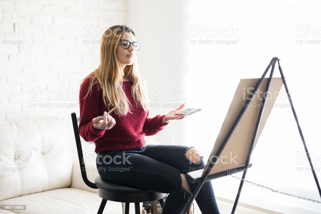 Female artist looking at her finished painting - Royalty-free 20-29 Years Stock Photo