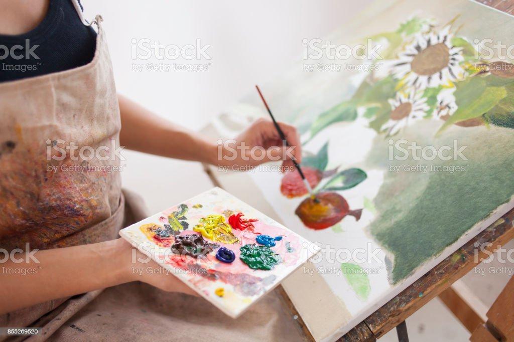 Weibliche Künstler arbeiten im studio – Foto