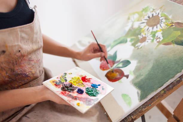 artista femenina trabaja en el estudio - clase de arte fotografías e imágenes de stock