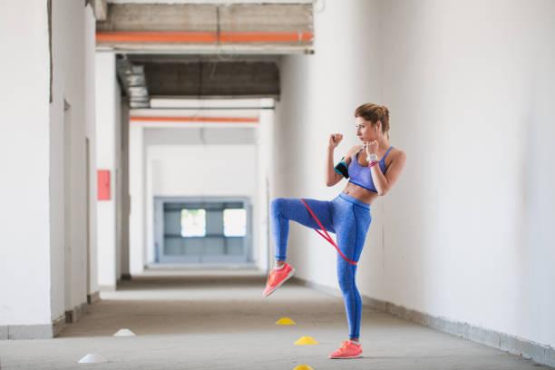 weibliche athleten trainieren mit gummiband - armband i gummi stock-fotos und bilder