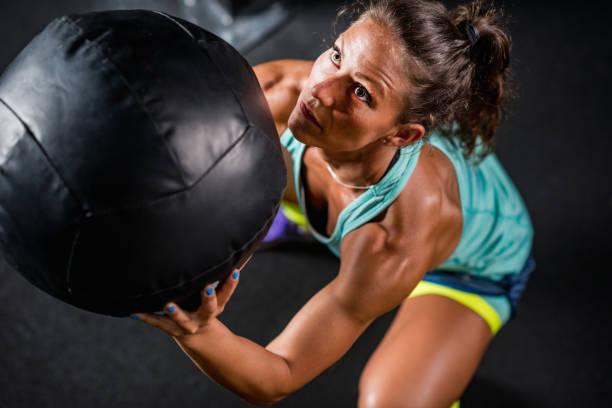 Atleta femenina, bola de medicina ejercicio - foto de stock