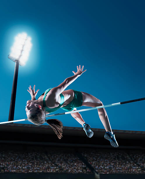 Sportlerin performing high jump – Foto