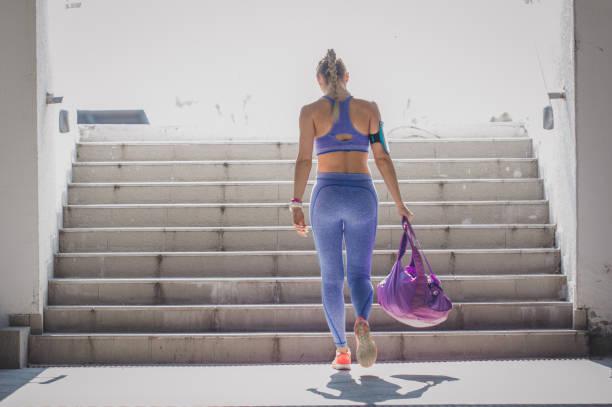 femme athlète - brassière de sport photos et images de collection