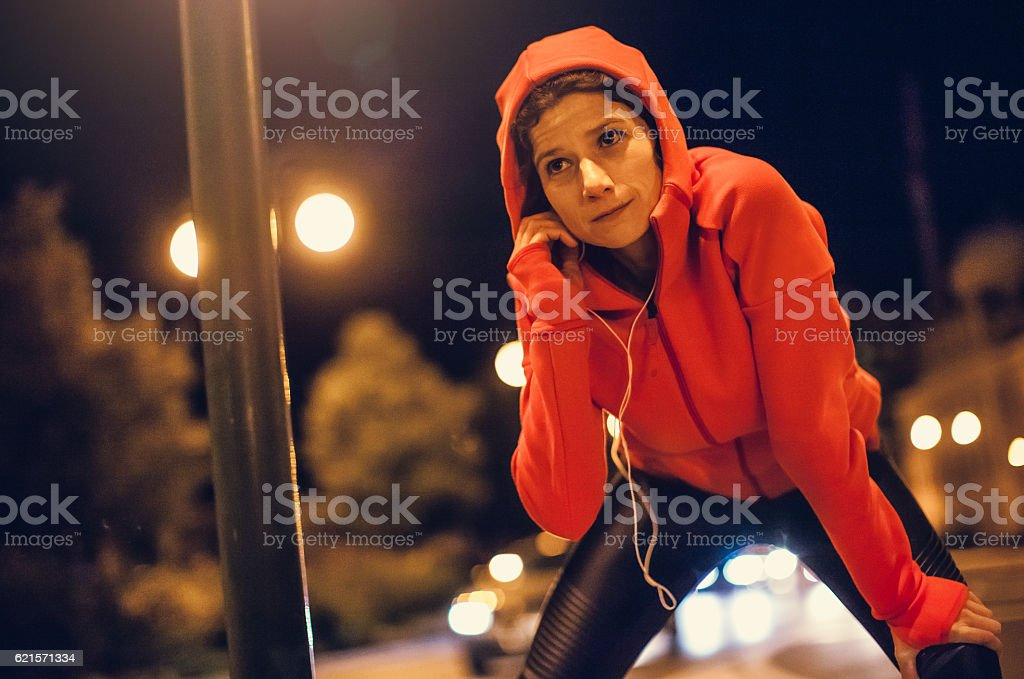 Female Athlete Preparing Herself for a Late Night Jogging photo libre de droits