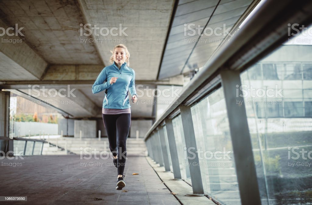 Weibliche Athleten laufen in einem städtischen Umfeld – Foto