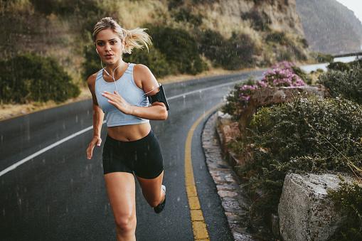Female Athlete Running Outdoors On Highway Stok Fotoğraflar & Aktif Hayat Tarzı'nin Daha Fazla Resimleri