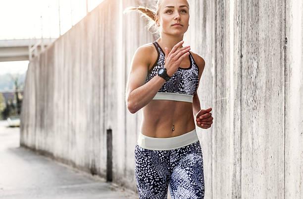 atleta feminina em execução ao ar livre - young woman running city imagens e fotografias de stock