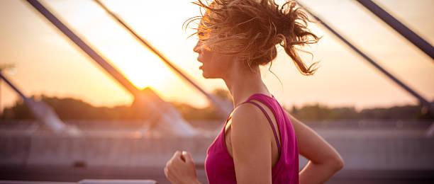 Sportlerin Laufen auf Brücke am Morgen – Foto