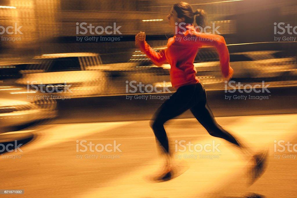 Female Athlete Running Through an Urban Enviroment photo libre de droits