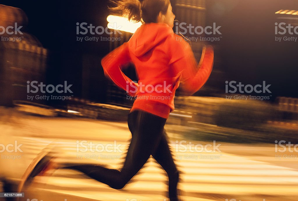 Female Athlete Running Through an Urban Enviroment photo libre de droits