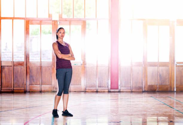 腕を組んで裁判所に立っている女性アスリート - 体操競技 ストックフォトと画像