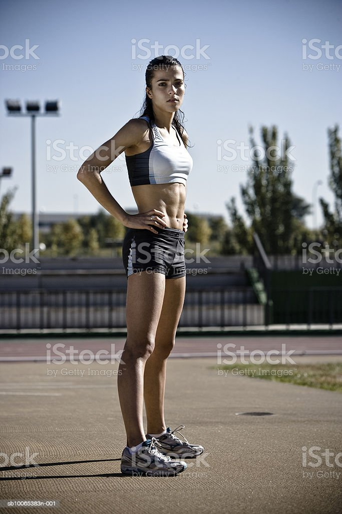 Female athlete standing with hand on hip foto royalty-free