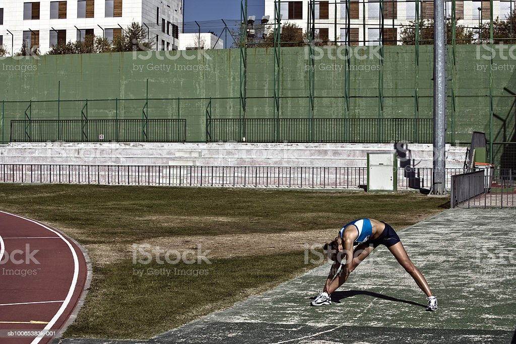 Female athlete stretching in stadium photo libre de droits