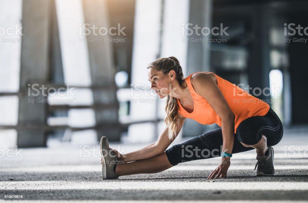 Atletas que s'estende ao ar livre - foto de acervo