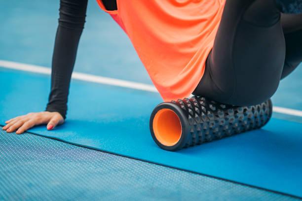 Sportlerin mit Schaumstoffwalze – Foto