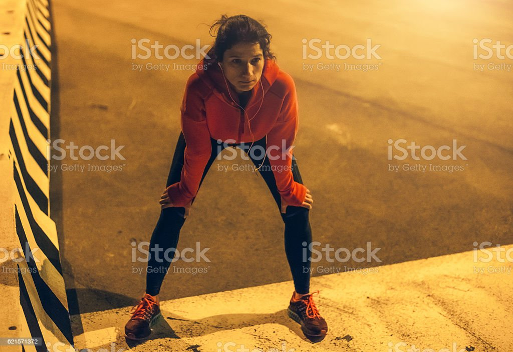 Female Athlete Warming up for a Late Night Jogging photo libre de droits