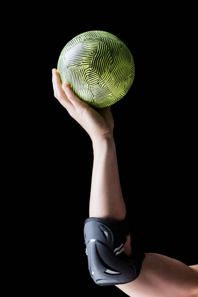 Atleta femenina con Codera con balonmano - foto de stock