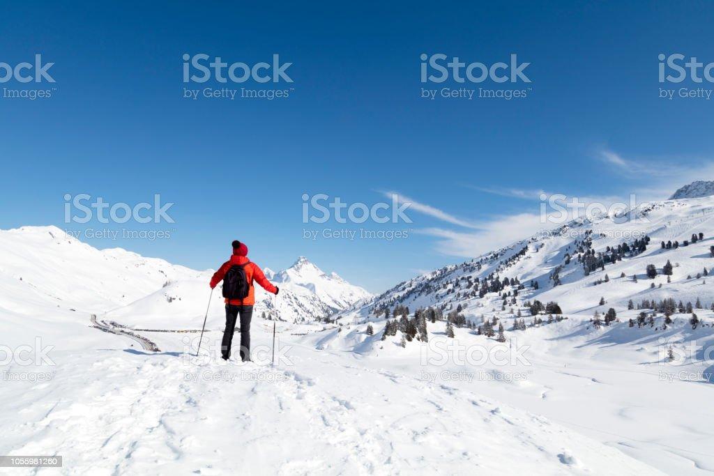 Weibliche Backpacker im Schnee bedeckt die Berge – Foto