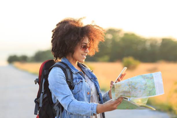 weibliche backpacker mit einer karte und handy - schichthaare stock-fotos und bilder