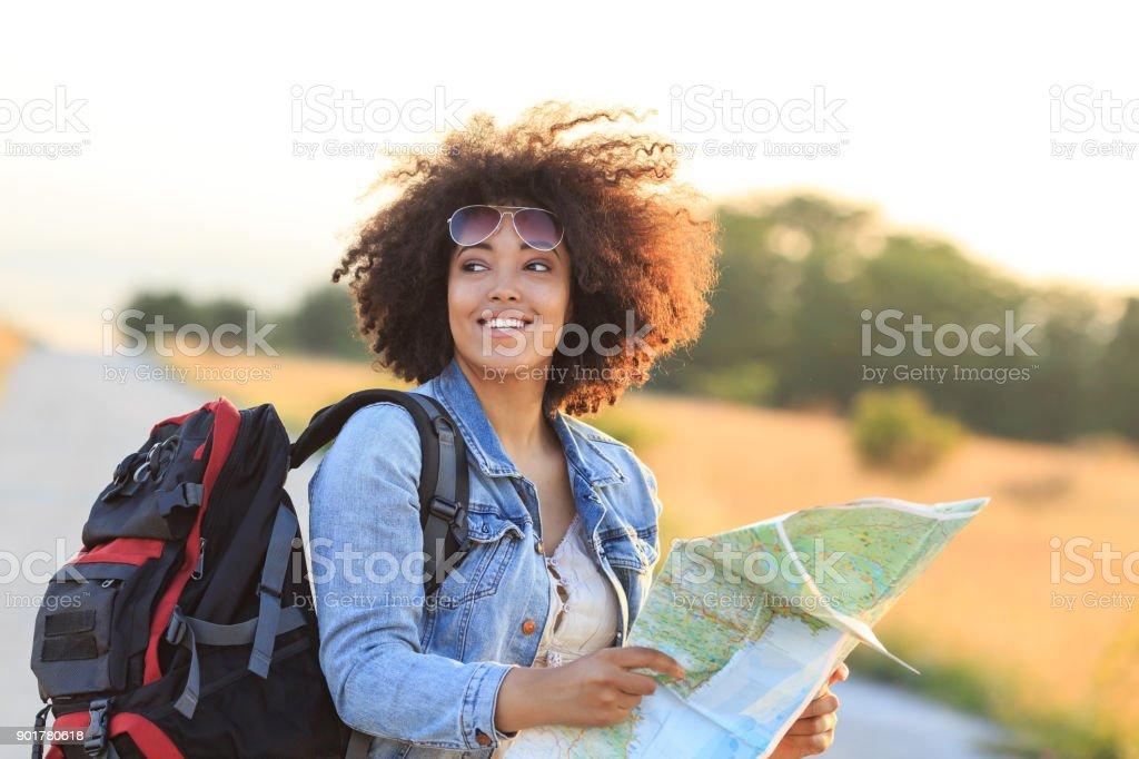 Weibliche Backpacker unter Verwendung einer Karte – Foto