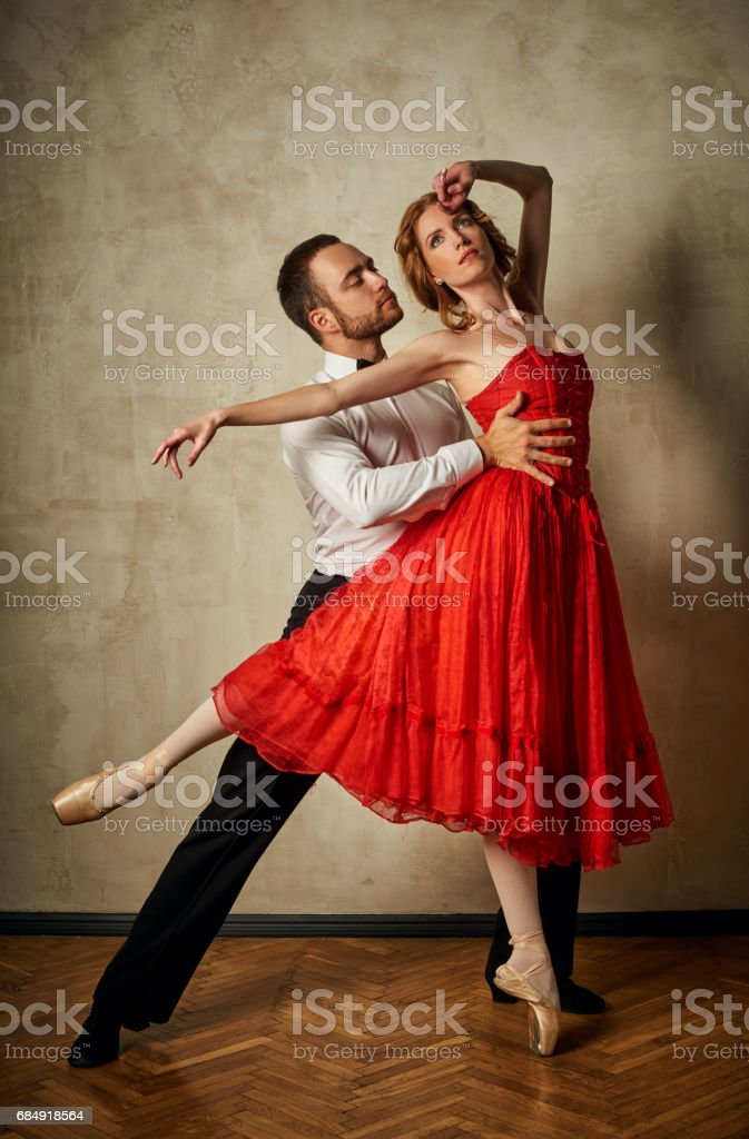 Female ballet dancer and male latin dancer mix the styles together. Lizenzfreies stock-foto