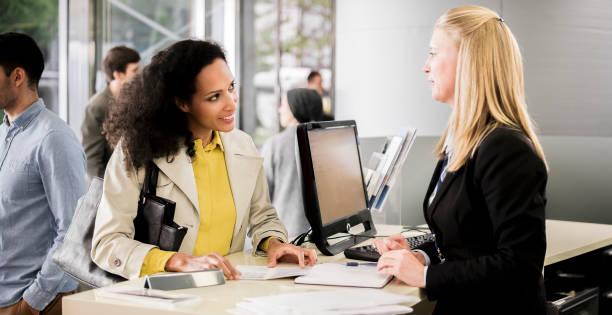 Weibliche Bank Teller Beratung Kundin – Foto
