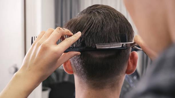 Weibliche Friseur Haarschnitt männliche Frisur zu tun – Foto