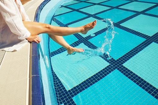 Vrouwelijke Blote Voeten Bij Het Zwembad Jonge Vrouw Rust In De Buurt Van Openlucht Zwembad Blote Voeten Luxe Hotel En Spa Resort Concept Stockfoto en meer beelden van Beauty spa