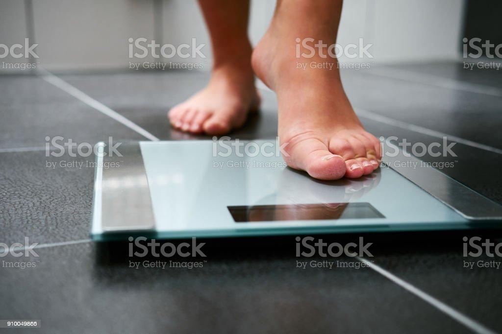 女性裸腳體重秤 - 免版稅一個人圖庫照片